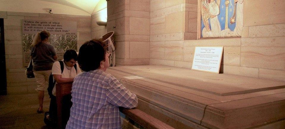 praying-at-crypt